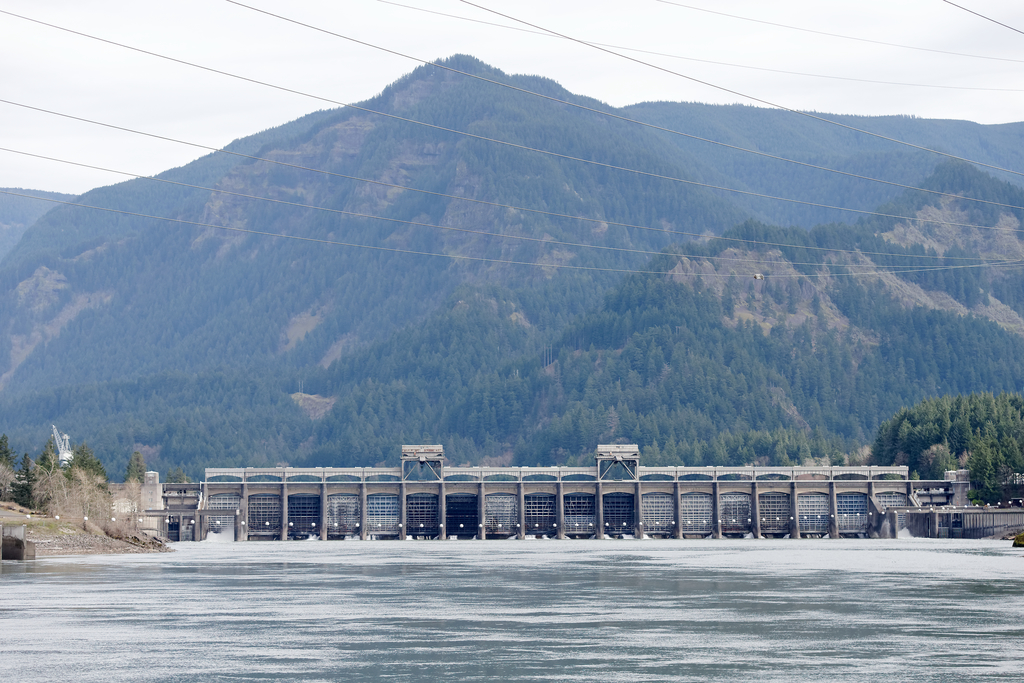 Sunken tugboat to be removed from Columbia River near Bonneville Dam