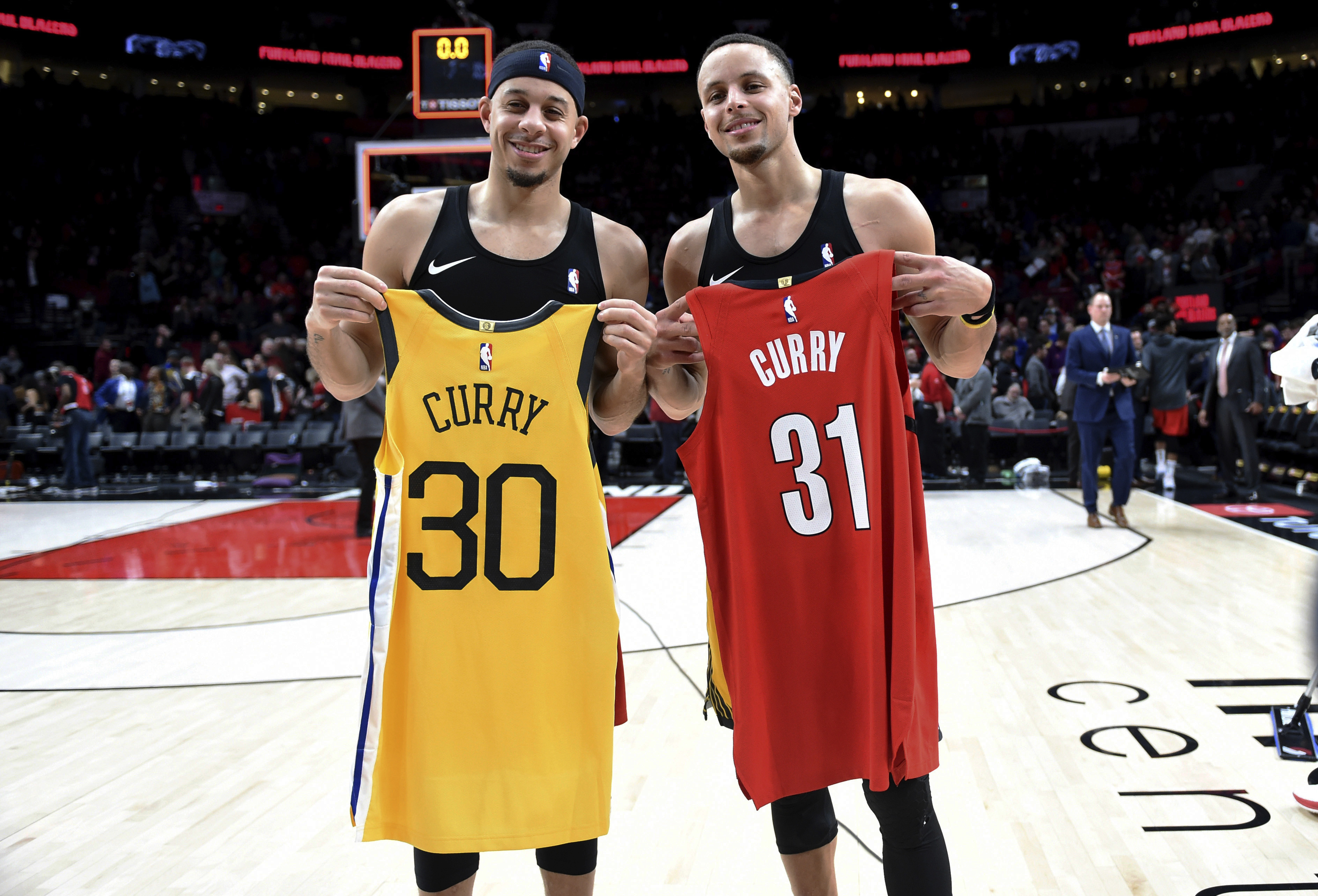 timeless design a642e d00ad Parents of Steph Curry, Seth Curry arrive for Game 1 wearing ...