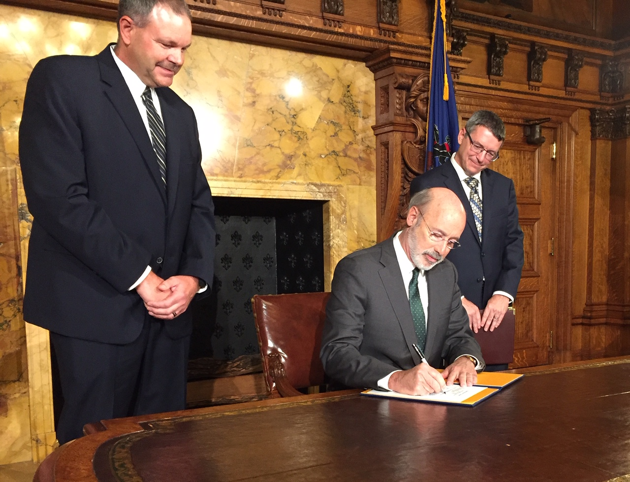 Gov. Tom Wolf signs executive order to place Pennsylvania in multi-state carbon fee program