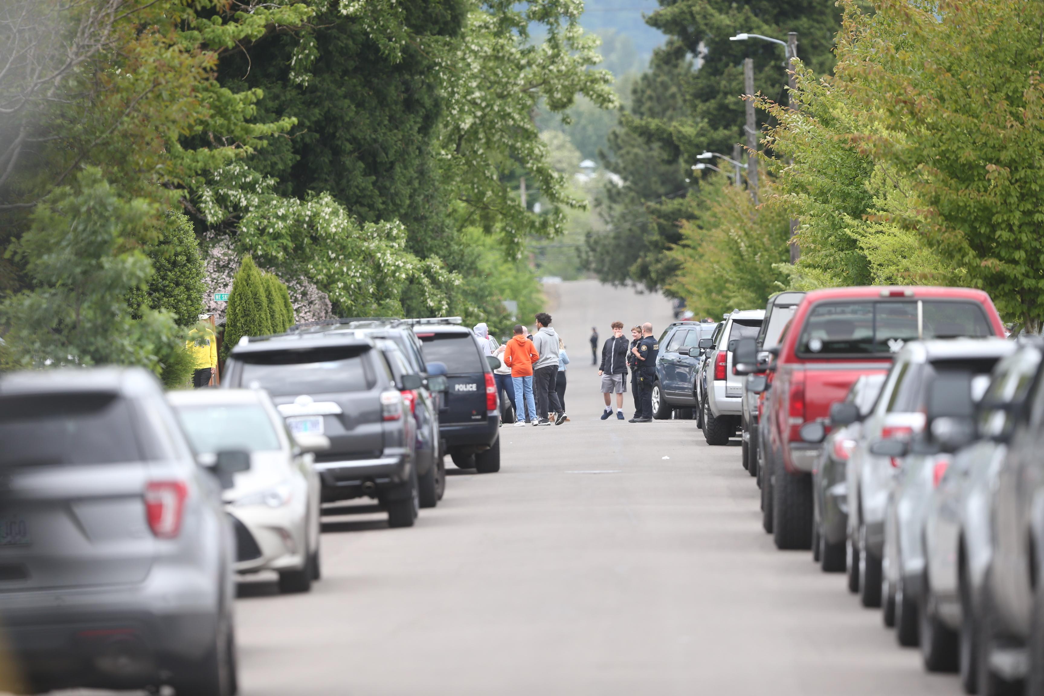 Keanon Lowe, former Oregon Ducks star, wrestles suspect to
