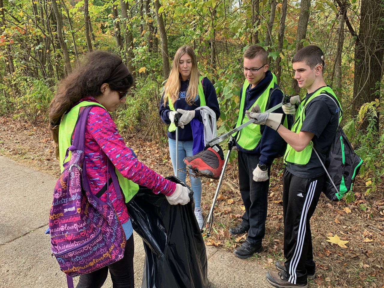 Students help clean up Wolfe's Pond Bluebelt