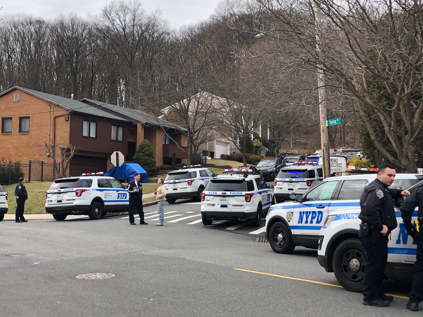 Large NYPD search on Todt Hill, Concord