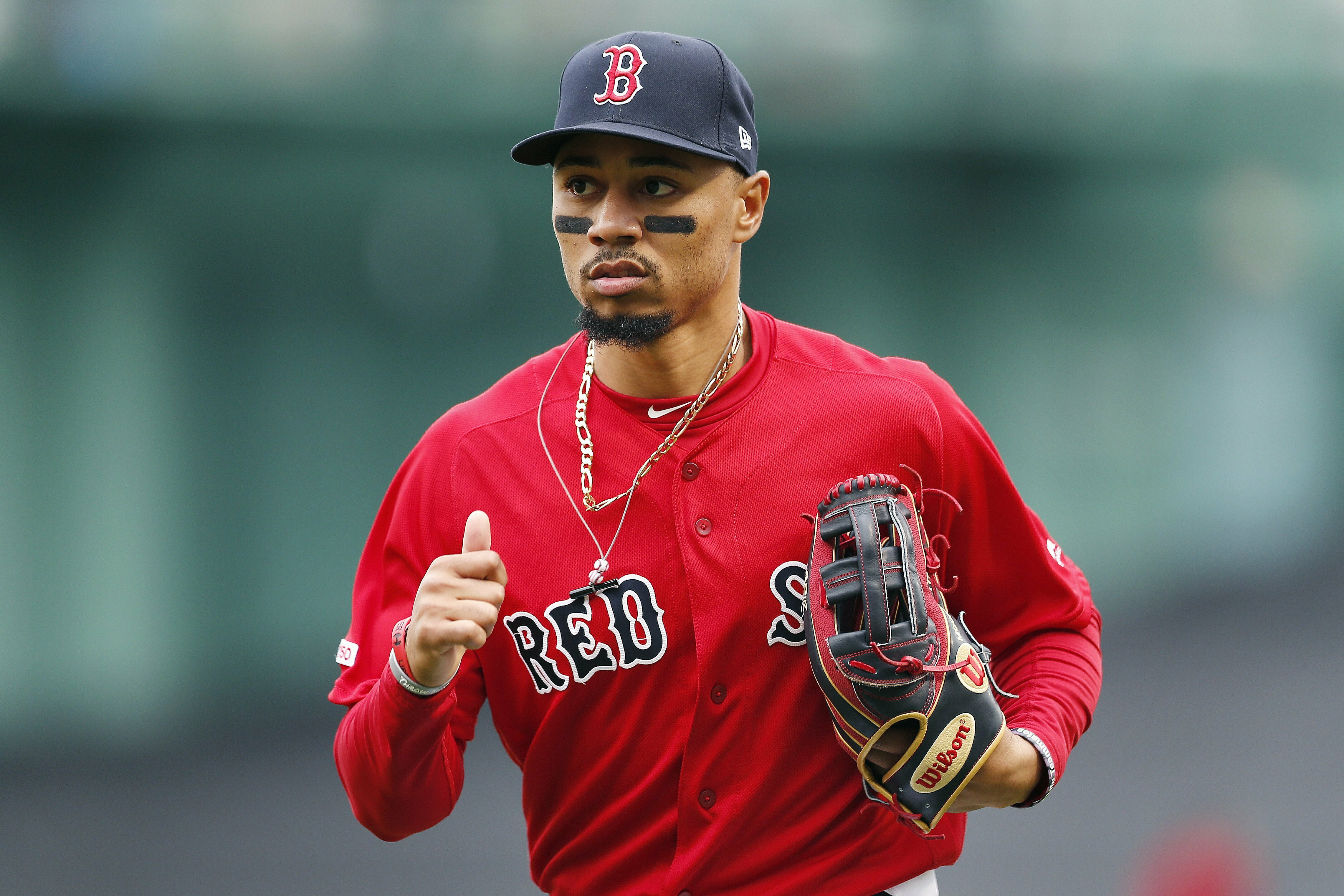 Mookie Betts makes diving catch ...